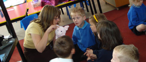 Photo of a teacher doing story stimulus with pupils