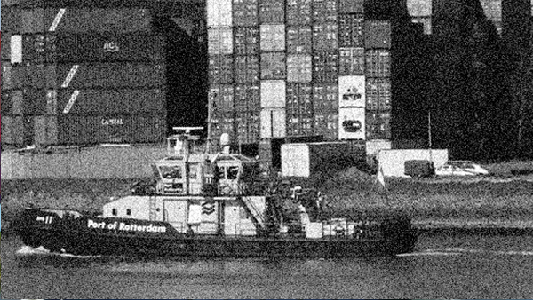 Photo of a tug boat in the Rotterdam harbour